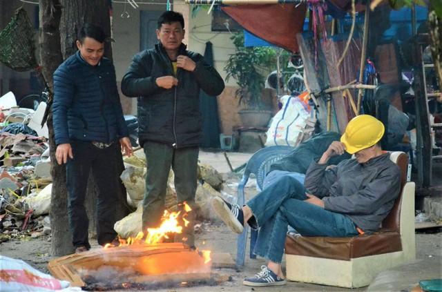 Ảnh: Dân lao động Thủ đô đốt lửa sưởi ấm, mưu sinh trong giá rét kỷ lục - Ảnh 6.