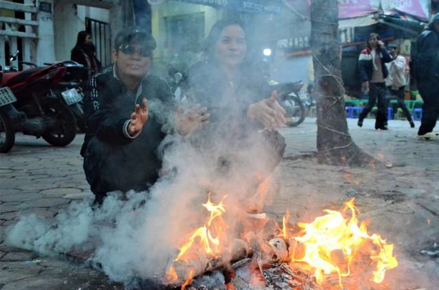Ảnh: Dân lao động Thủ đô đốt lửa sưởi ấm, mưu sinh trong giá rét kỷ lục - Ảnh 8.