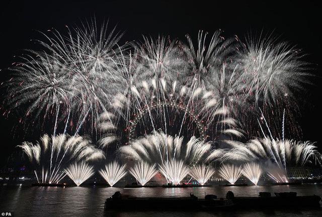 Người Mỹ hân hoan bước sang năm mới 2019, bất chấp cơn mưa nặng hạt ở Quảng trường Thời đại - Ảnh 9.