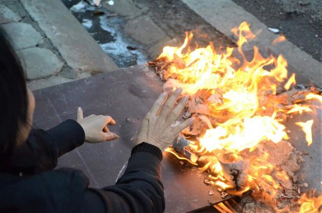 Ảnh: Dân lao động Thủ đô đốt lửa sưởi ấm, mưu sinh trong giá rét kỷ lục - Ảnh 9.