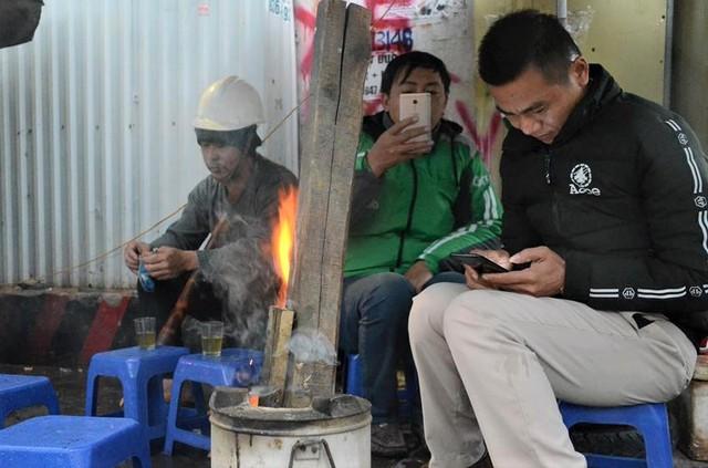 Ảnh: Dân lao động Thủ đô đốt lửa sưởi ấm, mưu sinh trong giá rét kỷ lục - Ảnh 10.