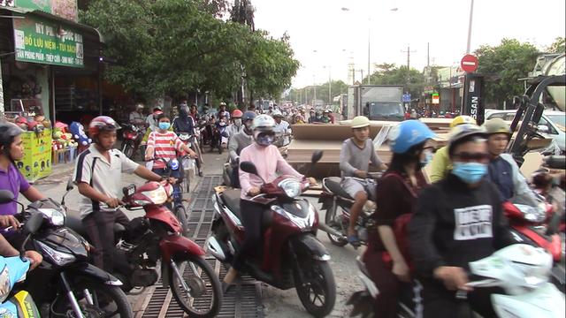 Hàng trăm tấm gỗ ép trên xe container lao xuống đường, nhiều người thoát chết - Ảnh 2.
