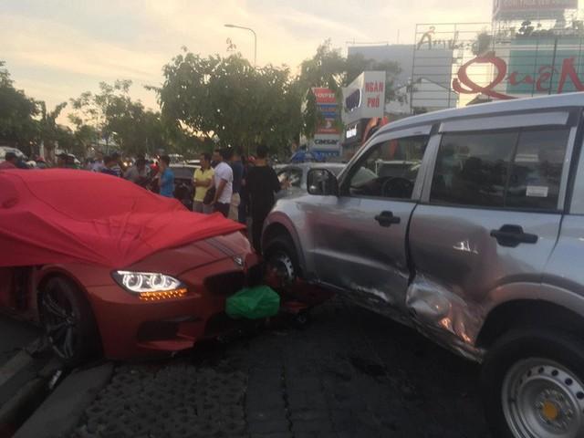 Ô tô BMW gây tai nạn liên hoàn trên đường phố Sài Gòn, những người trên xe rời khỏi hiện trường - Ảnh 2.
