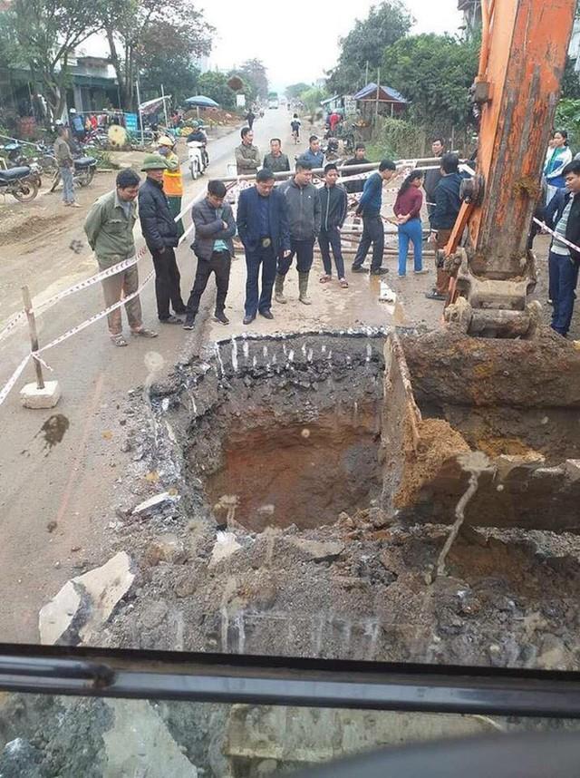 Thực hư thông tin hố tử thần sâu gần 10 mét xuất hiện giữa quốc lộ, bên trong có vàng - Ảnh 1.