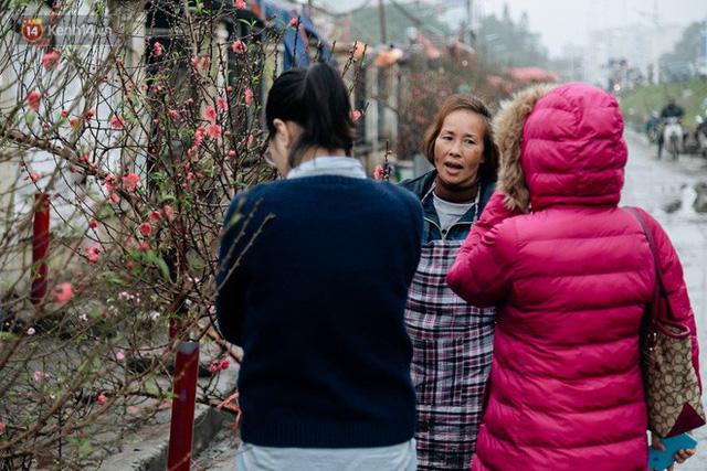 Chùm ảnh: Hoa đào đã nở đỏ rực trên những tuyến phố Hà Nội, Tết đã đến rất gần rồi! - Ảnh 18.