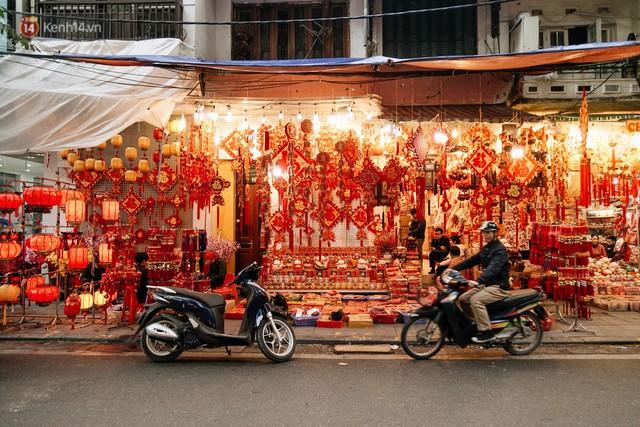 Chùm ảnh: Hoa đào đã nở đỏ rực trên những tuyến phố Hà Nội, Tết đã đến rất gần rồi! - Ảnh 20.