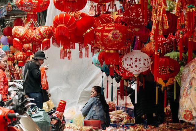 Chùm ảnh: Hoa đào đã nở đỏ rực trên những tuyến phố Hà Nội, Tết đã đến rất gần rồi! - Ảnh 21.
