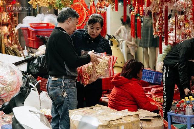 Chùm ảnh: Hoa đào đã nở đỏ rực trên những tuyến phố Hà Nội, Tết đã đến rất gần rồi! - Ảnh 22.