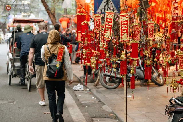 Chùm ảnh: Hoa đào đã nở đỏ rực trên những tuyến phố Hà Nội, Tết đã đến rất gần rồi! - Ảnh 23.