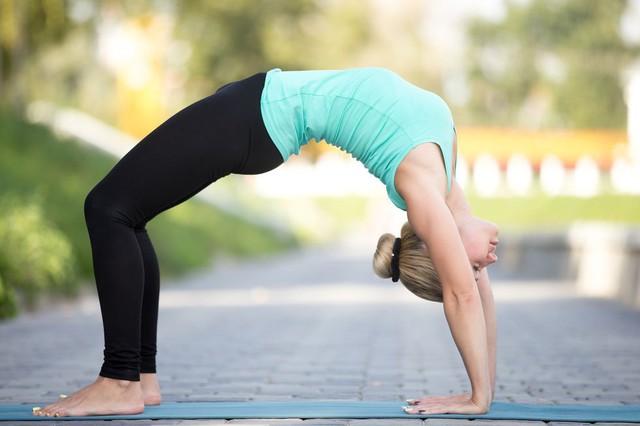Muốn đốt cháy calo nhanh nhất, đây là 7 tư thế yoga bạn cần bỏ túi riêng mình - Ảnh 4.