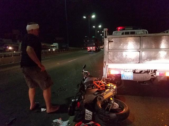 Đâm vào xe CA đang khám nghiệm hiện trường, cặp khách Tây bị thương nặng ở cầu Sài Gòn - Ảnh 2.