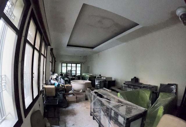 Cận cảnh villa cũ giá triệu USD bỏ hoang giữa trung tâm TP HCM - Ảnh 5.