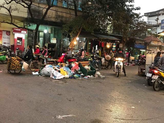Lãnh đạo Hà Nội lý giải nguyên nhân dân chặn xe vào bãi rác Nam Sơn - Ảnh 1.