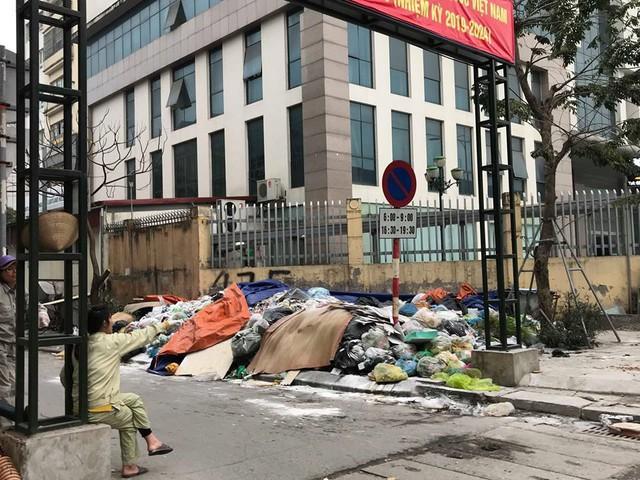 Lãnh đạo Hà Nội lý giải nguyên nhân dân chặn xe vào bãi rác Nam Sơn - Ảnh 2.