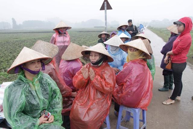 Cuộc sống cạnh bãi rác lớn nhất Hà Nội: Trong xóm có đám cưới chỉ đến uống chén rượu, không dám ăn - Ảnh 2.