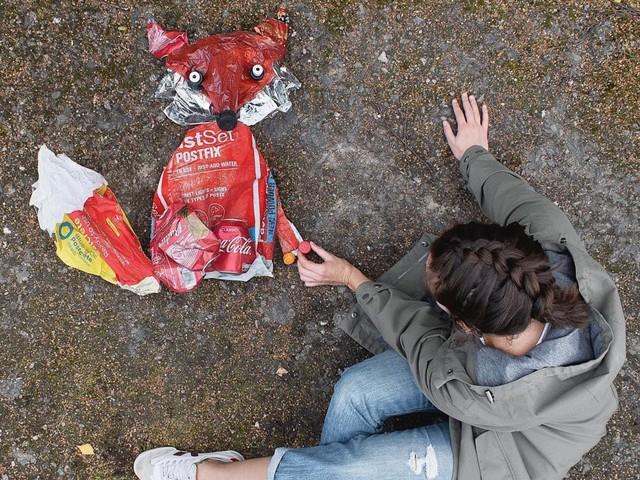 Sáng tạo từ rác thải nhựa - Hành động kỳ lạ của bà mẹ trẻ khiến cộng đồng thức tỉnh: Chúng ta đang làm gì với trái đất? - Ảnh 1.