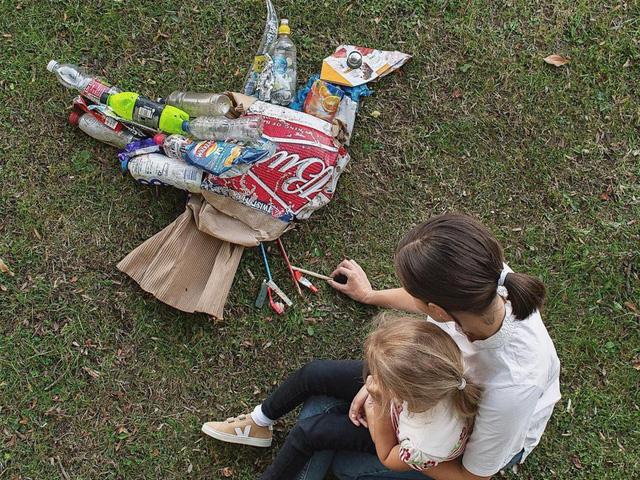 Sáng tạo từ rác thải nhựa - Hành động kỳ lạ của bà mẹ trẻ khiến cộng đồng thức tỉnh: Chúng ta đang làm gì với trái đất? - Ảnh 6.