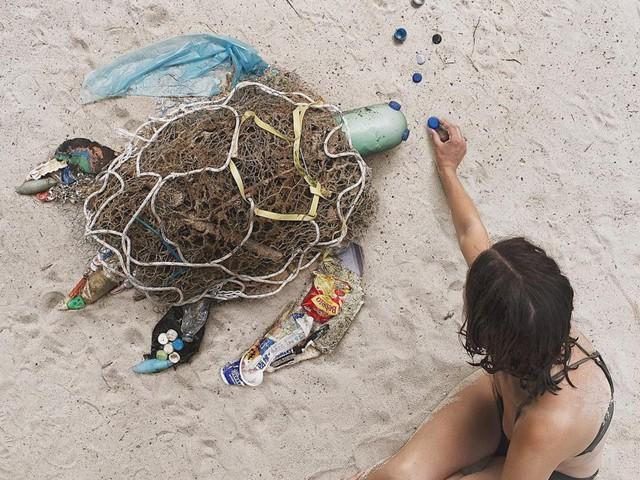 Sáng tạo từ rác thải nhựa - Hành động kỳ lạ của bà mẹ trẻ khiến cộng đồng thức tỉnh: Chúng ta đang làm gì với trái đất? - Ảnh 3.
