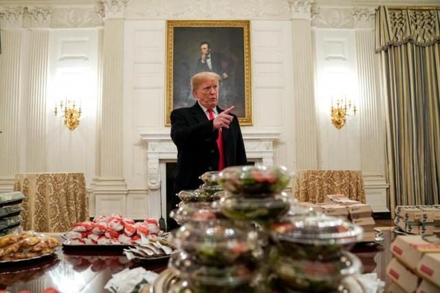 Cận cảnh bữa tiệc đồ ăn nhanh ở Nhà Trắng khi chính phủ Mỹ đóng cửa - Ảnh 1.