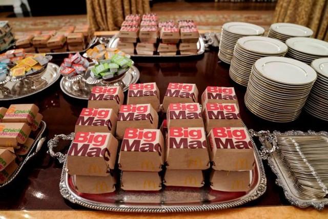 Cận cảnh bữa tiệc đồ ăn nhanh ở Nhà Trắng khi chính phủ Mỹ đóng cửa - Ảnh 2.