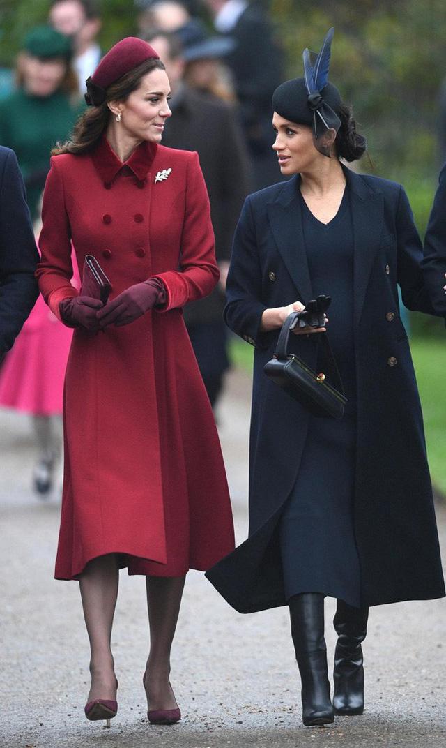Meghan gây sốc với phát ngôn động chạm đến chị dâu Kate và bị các nhân viên của hoàng gia kì thị - Ảnh 2.