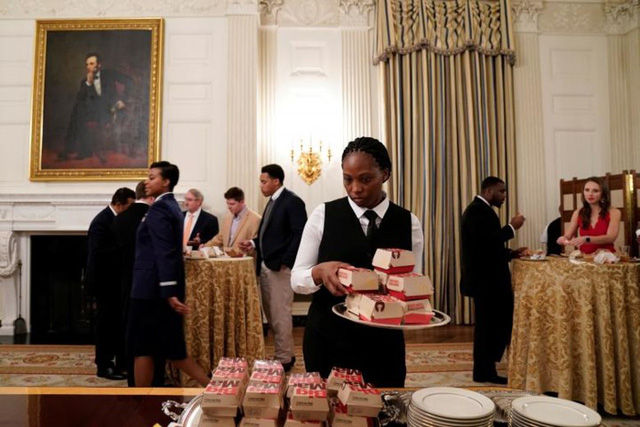 Cận cảnh bữa tiệc đồ ăn nhanh ở Nhà Trắng khi chính phủ Mỹ đóng cửa - Ảnh 11.