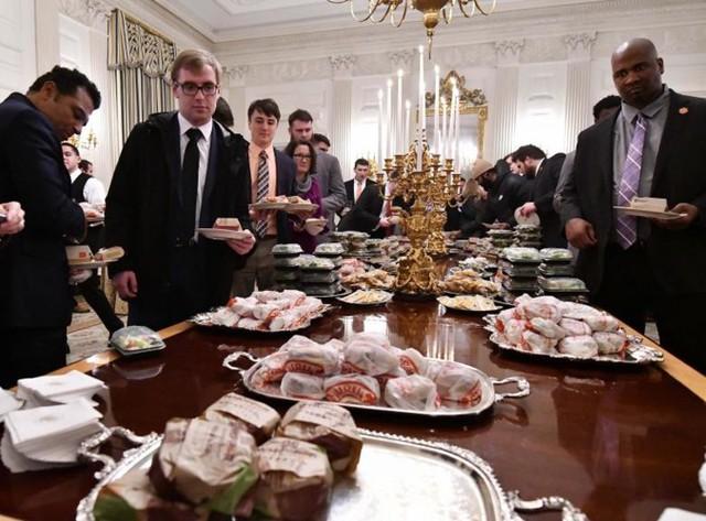 Cận cảnh bữa tiệc đồ ăn nhanh ở Nhà Trắng khi chính phủ Mỹ đóng cửa - Ảnh 12.