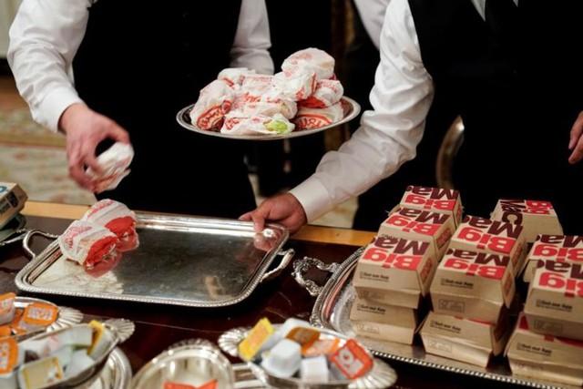 Cận cảnh bữa tiệc đồ ăn nhanh ở Nhà Trắng khi chính phủ Mỹ đóng cửa - Ảnh 13.