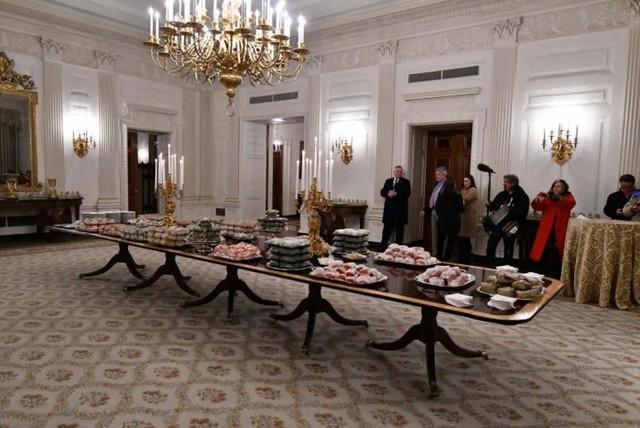 Cận cảnh bữa tiệc đồ ăn nhanh ở Nhà Trắng khi chính phủ Mỹ đóng cửa - Ảnh 14.