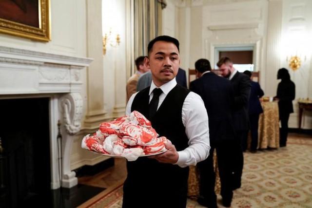 Cận cảnh bữa tiệc đồ ăn nhanh ở Nhà Trắng khi chính phủ Mỹ đóng cửa - Ảnh 15.