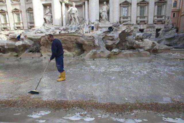 Roma: Chính quyền và nhà thờ tranh nhau số tiền xu 40 tỷ do du khách ném xuống đài phun nước cầu may - Ảnh 3.