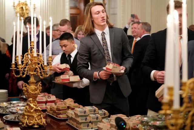 Cận cảnh bữa tiệc đồ ăn nhanh ở Nhà Trắng khi chính phủ Mỹ đóng cửa - Ảnh 3.