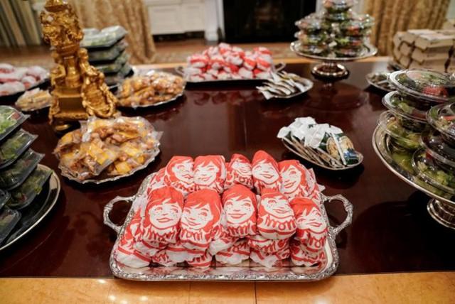 Cận cảnh bữa tiệc đồ ăn nhanh ở Nhà Trắng khi chính phủ Mỹ đóng cửa - Ảnh 5.