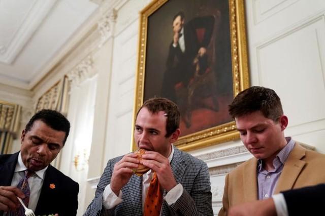 Cận cảnh bữa tiệc đồ ăn nhanh ở Nhà Trắng khi chính phủ Mỹ đóng cửa - Ảnh 7.