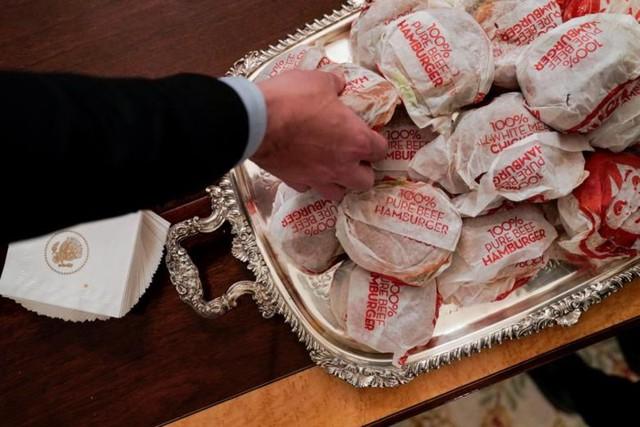Cận cảnh bữa tiệc đồ ăn nhanh ở Nhà Trắng khi chính phủ Mỹ đóng cửa - Ảnh 9.