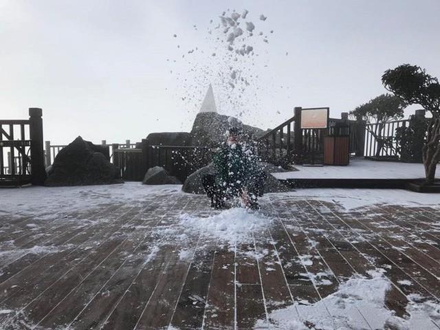 Mờ sáng ngắm tuyết rơi trắng tinh khôi trên đỉnh Fansipan ngỡ trời Tây - Ảnh 1.