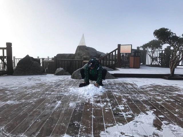 Mờ sáng ngắm tuyết rơi trắng tinh khôi trên đỉnh Fansipan ngỡ trời Tây - Ảnh 2.