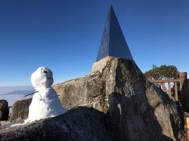 Mờ sáng ngắm tuyết rơi trắng tinh khôi trên đỉnh Fansipan ngỡ trời Tây - Ảnh 3.