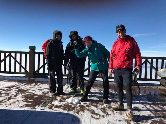 Mờ sáng ngắm tuyết rơi trắng tinh khôi trên đỉnh Fansipan ngỡ trời Tây - Ảnh 5.