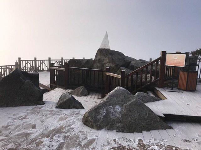 Mờ sáng ngắm tuyết rơi trắng tinh khôi trên đỉnh Fansipan ngỡ trời Tây - Ảnh 6.