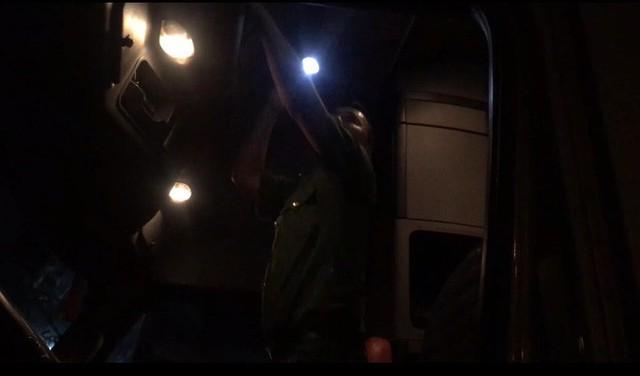 VIDEO: Trắng đêm truy xét tài xế nghiện ở chợ đầu mối Thủ Đức - Ảnh 12.