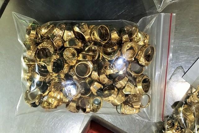 """6 năm, """"trộm một ít rồi góp dần"""" hơn 230 lượng vàng tây đem bán - Ảnh 1."""
