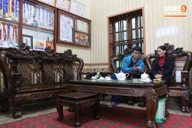 Về thăm nhà Văn Hậu, phát hiện món quà đầu tiên em út ĐT Việt Nam mua cho cha mẹ bằng đồng lương kiếm được - Ảnh 2.