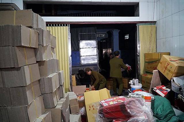 Mục kích cơ sở sản xuất bánh kẹo bẩn ở Hà Nội ngày cận Tết - Ảnh 1.