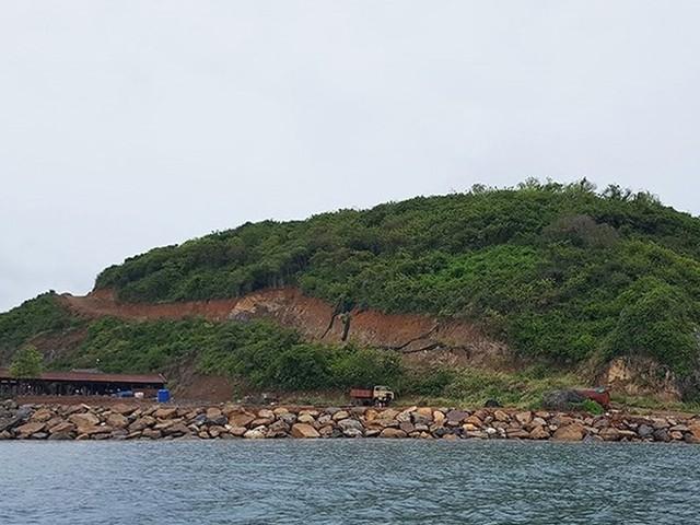 Thu hồi hai dự án từng có hành vi đổ đất đá xâm lấn vịnh biển Nha Trang  - Ảnh 1.