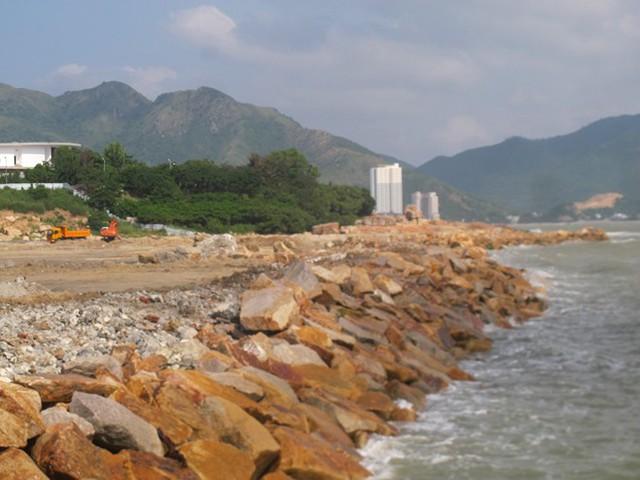 Thu hồi hai dự án từng có hành vi đổ đất đá xâm lấn vịnh biển Nha Trang  - Ảnh 2.