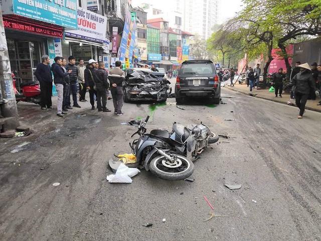 Xe điên tông nhiều xe máy, ô tô trên phố Hà Nội, cụ bà bán hàng rong tử vong tại chỗ - Ảnh 1.