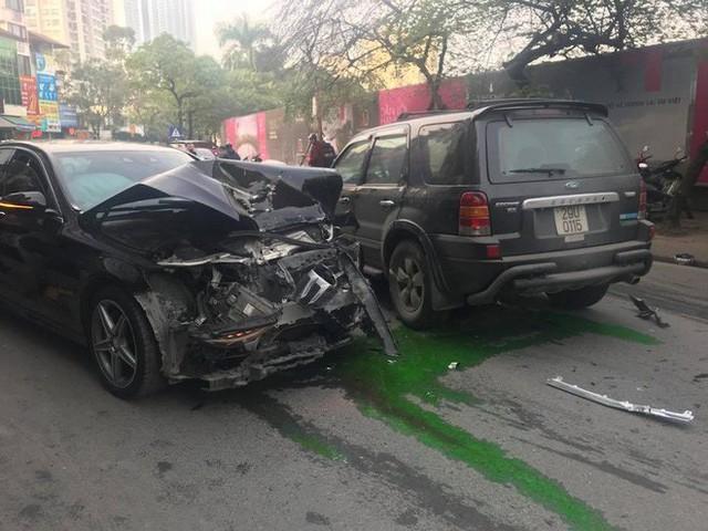 Xe điên tông nhiều xe máy, ô tô trên phố Hà Nội, cụ bà bán hàng rong tử vong tại chỗ - Ảnh 2.