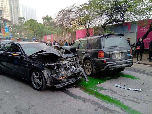 Nhân chứng vụ xe điên trên phố Ngọc Khánh: Tài xế bước ra khóc rưng rức, mặt đầy máu - Ảnh 1.