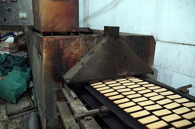 Mục kích cơ sở sản xuất bánh kẹo bẩn ở Hà Nội ngày cận Tết - Ảnh 3.